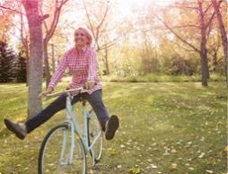 Bilde av en kvinne som sykler. Bildet viser en kvinne, som lever med velvære som vanlig, også under menstruasjonen.